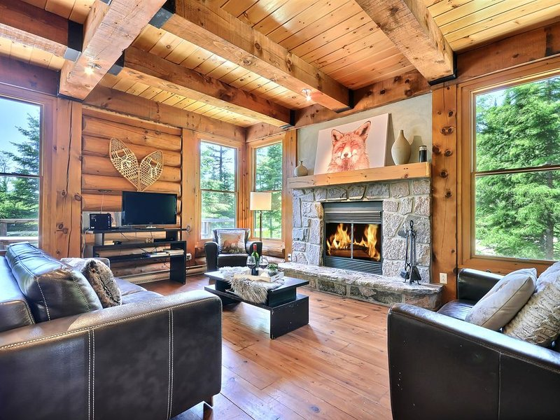 Beautiful  and luxurious Wood Cottage with Hot tub situated in Tremblant Area, vakantiewoning in Lac-Superieur