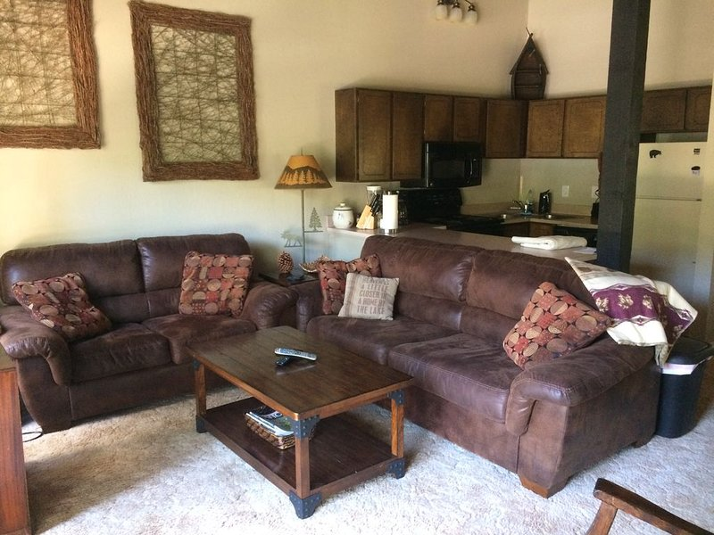 Mountain Chalet - minutes from skiing and beaches - sleeps 10!, holiday rental in Carson City