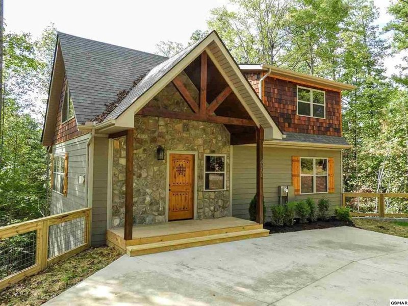 Brand new 3 bedroom, 3 bathroom cabin fully furnished with game room and hot tub, Ferienwohnung in Gatlinburg