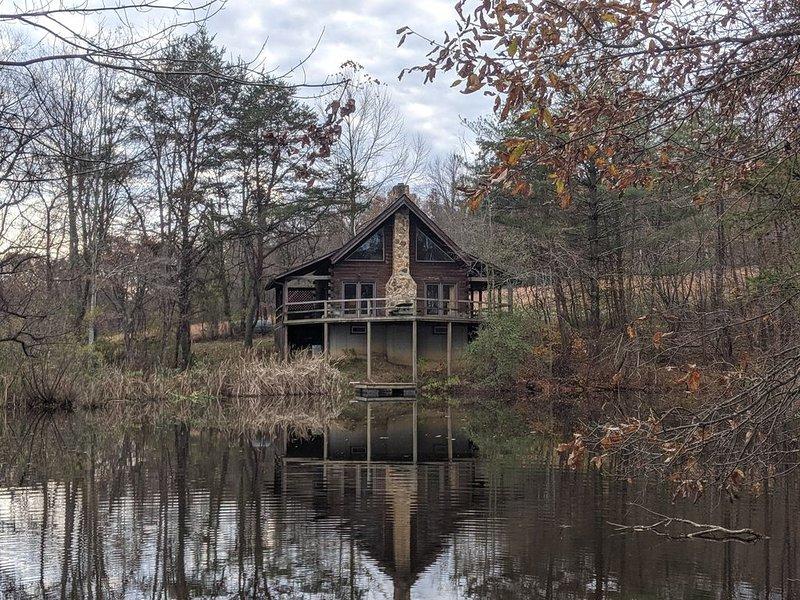 Cabin on the Pond �Log cabin on private pond, Hot Tub, DirectTV�, aluguéis de temporada em Starr