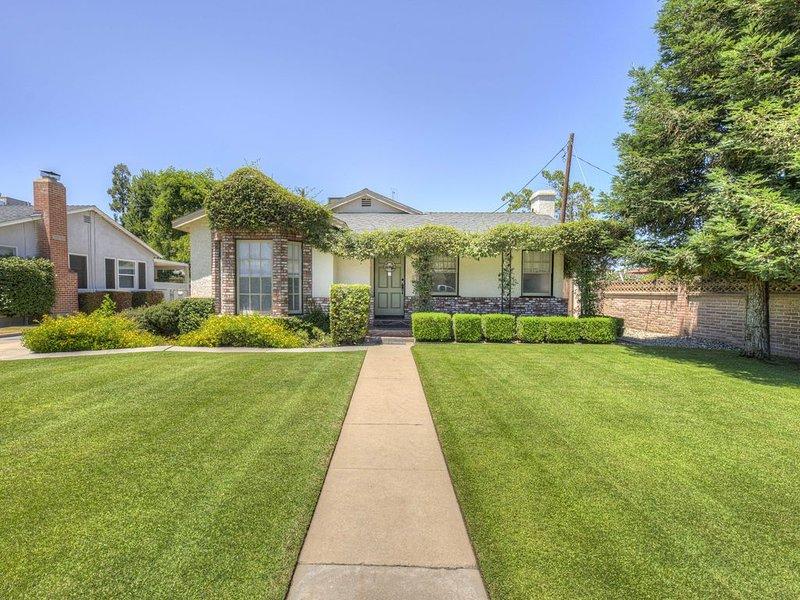 Downtown Estate. Home, Pool, Large Soak Tub, Guest House, RV parking, alquiler vacacional en Bakersfield