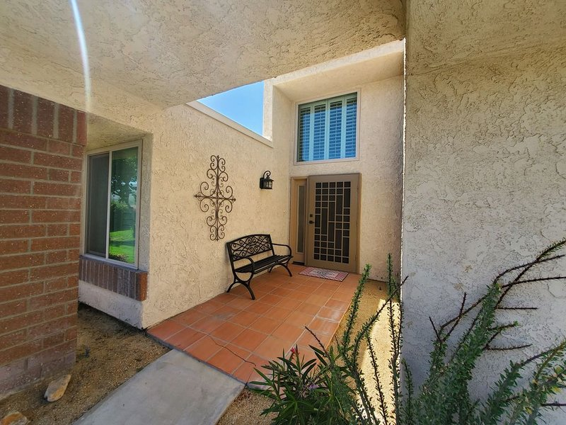 Centrally Located near Palm Springs Cozy Golf/Tennis CC Home  *Wheelchair access, holiday rental in Cathedral City