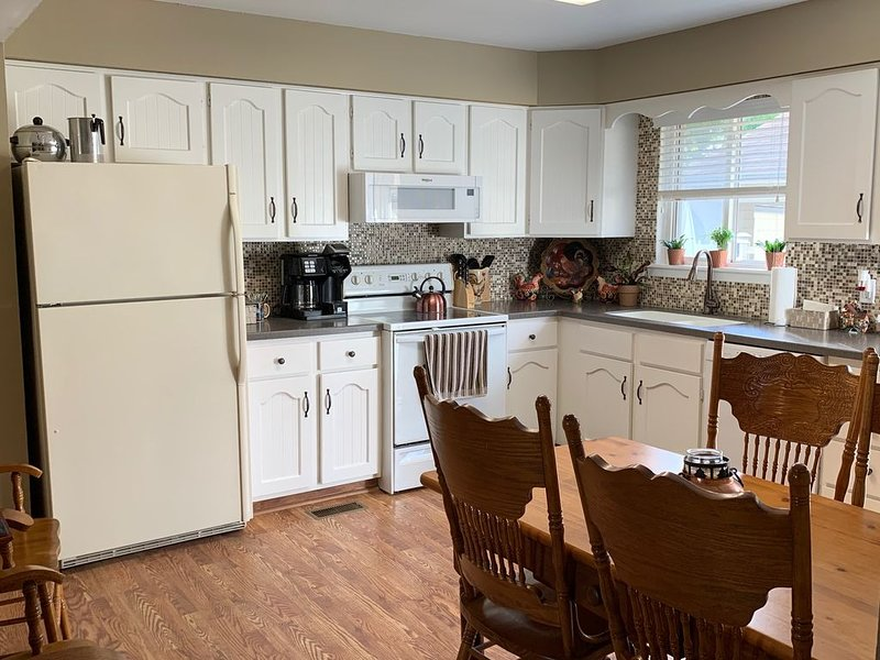 Spacious West Topeka Townhome, holiday rental in Maple Hill