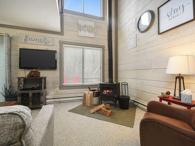 3BR/2Bath - High End Retreat - Hidden Valley Getaway - Sauna & Jacuzzi Townhouse, vacation rental in Hidden Valley