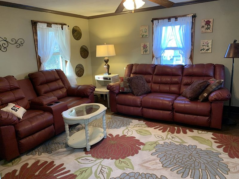 NEW!! Easy access to sites in Central PA - Great for Families / Romantic Escape!, holiday rental in Camp Hill