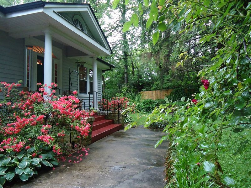 Apple Pie Bungalow cozy and private in town location, holiday rental in Laurel Park