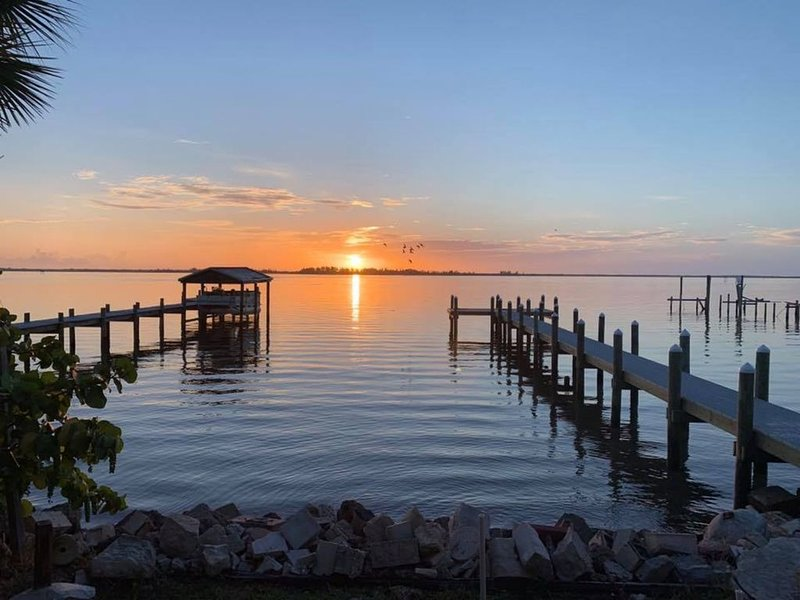 Beautiful Fishing Cottage on the Indian River in Sebastian FL - Spring Specials, vakantiewoning in Micco