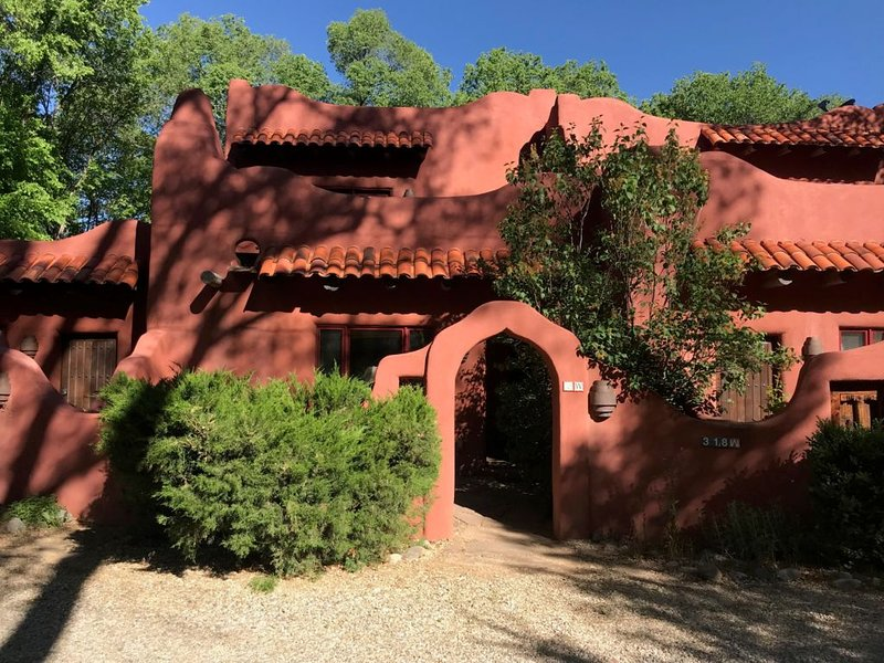 Taos Gem, Beautiful Two Story Adobe Close To Plaza, holiday rental in Ranchito