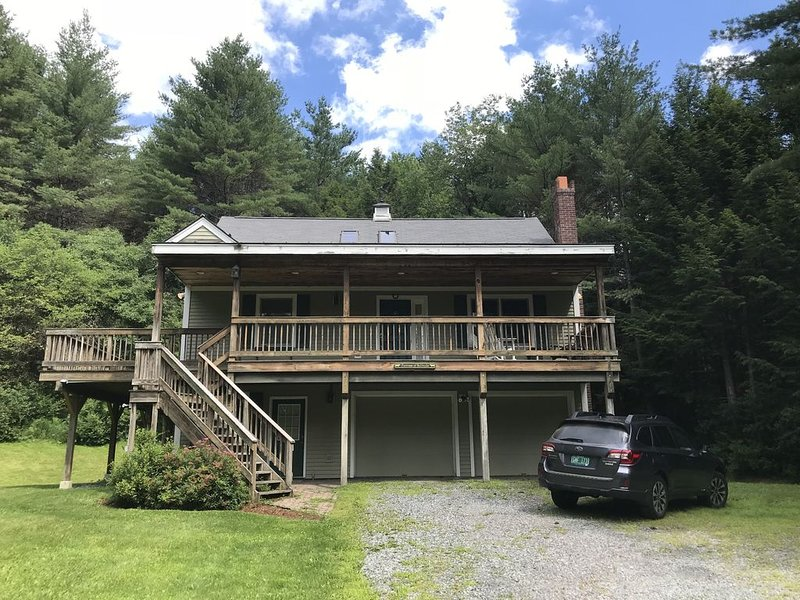 Spacious, Scenic Private Home with Hot Tub Close to Skiing and Woodstock, aluguéis de temporada em Quechee
