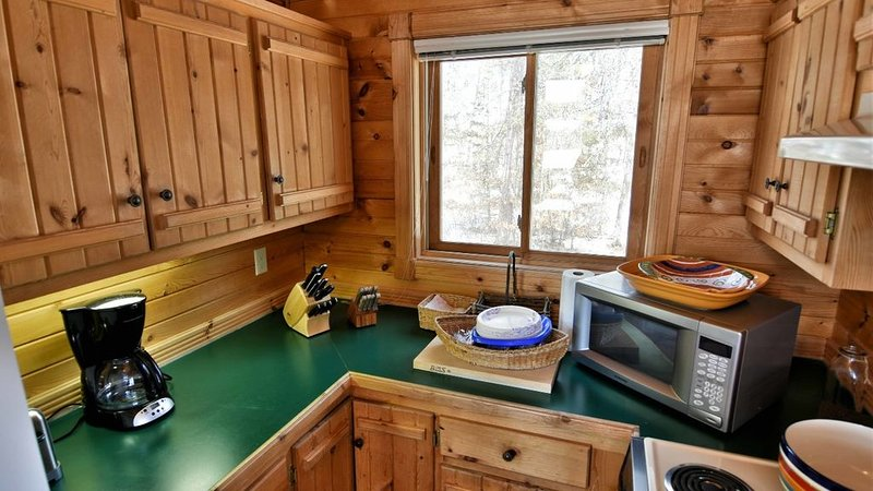 Beautiful Cedar Chalet Lake Cabin on Middle Lake, holiday rental in Trego