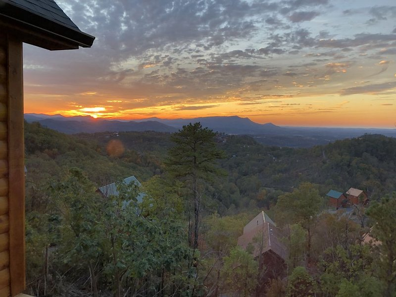 NEW Cabin, stunning sunset views, near Dollywood, Pigeon Forge and Gatlinburg, holiday rental in Sevierville