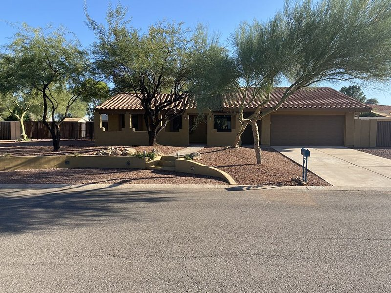Gorgeous AZ ranch just renovated, private backyard, sleeps 8+! 24/7 care by host, casa vacanza a Fountain Hills