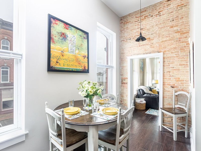 ⭐️⭐️Living Large Downtown Constantine: Luxury Apartment Sleeps 4, Best Value⭐️⭐️, vacation rental in St. Joseph County