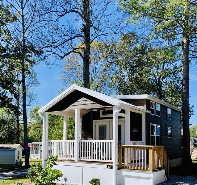 Looking Glass Tiny Home Cottage, holiday rental in Flat Rock