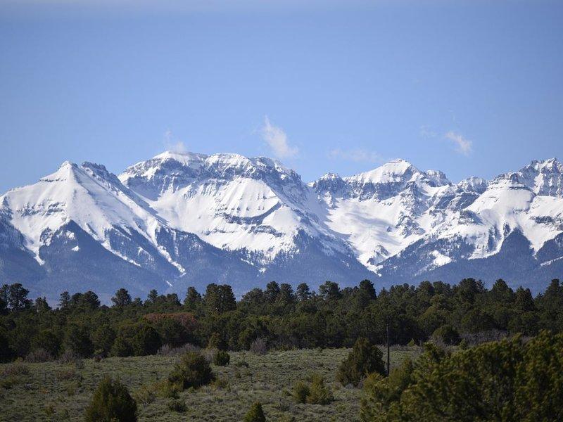 Amazing Mountain views/3 BR, 2 Bath Chalet on 100 acre Ranch, alquiler vacacional en Montrose