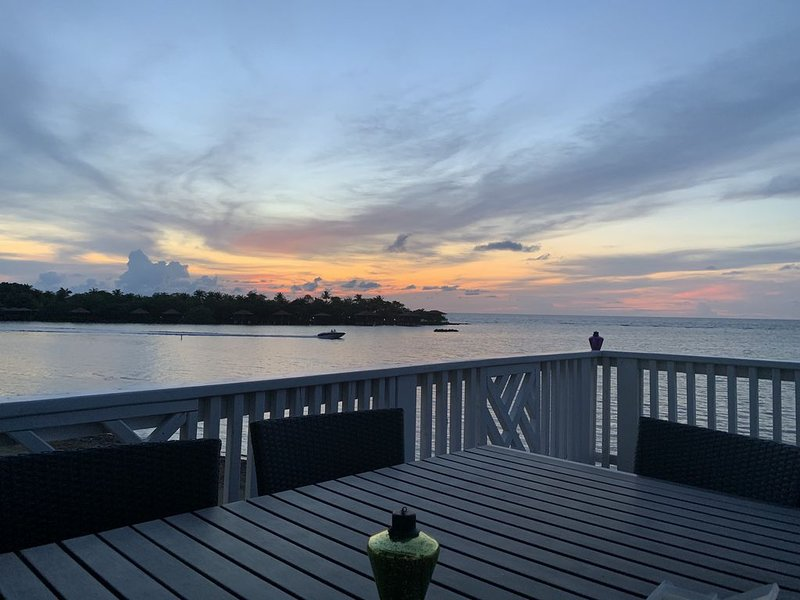 Beachfront, private dock, beautiful sunsets and authentic island vibe!, Ferienwohnung in Sandy Bay