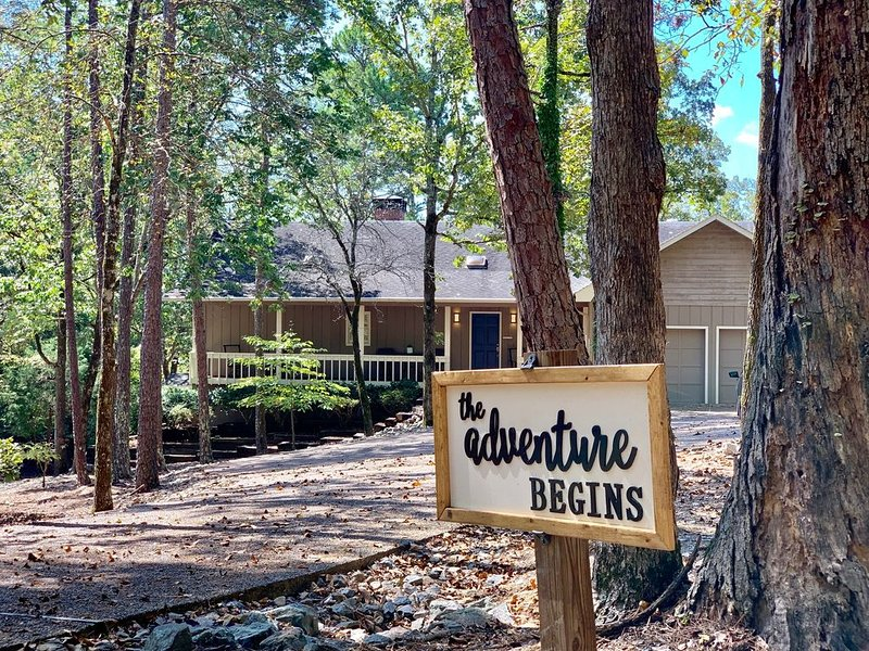The Adventure begins at this newly updated, beautiful LAKE home!, casa vacanza a Hot Springs Village
