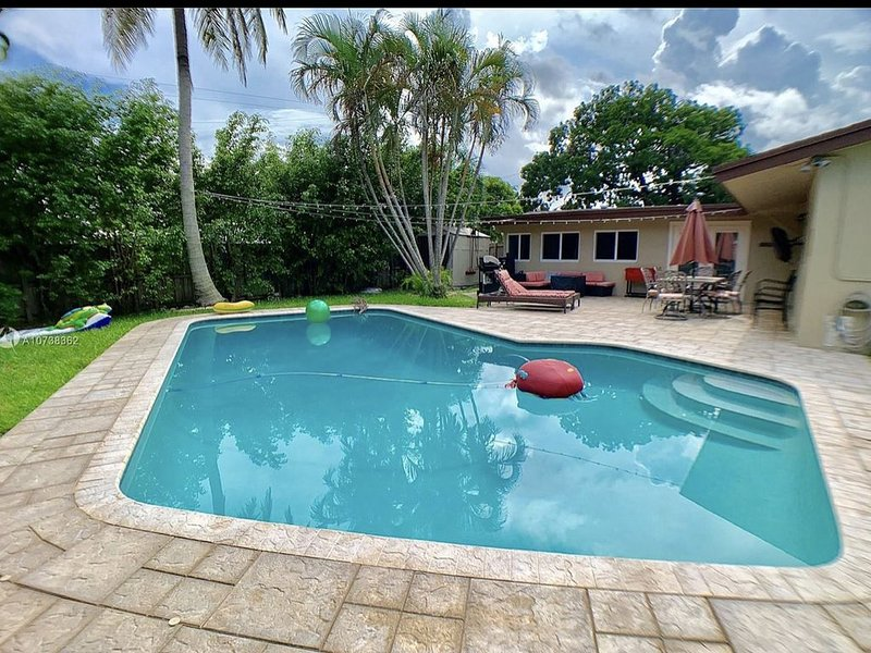Entire house- Sleeps 9 with a beautiful pool, vacation rental in Miramar