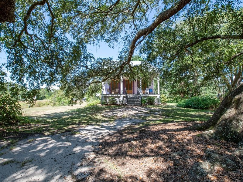 Bowing Oaks Cottage. Walk to the Beach. Close to Downtown! Pass Christian <3, holiday rental in Pass Christian