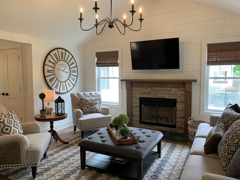 Stunning brand new 3 bed/2 bath designer cottage in downtown Three Oaks!, holiday rental in Three Oaks