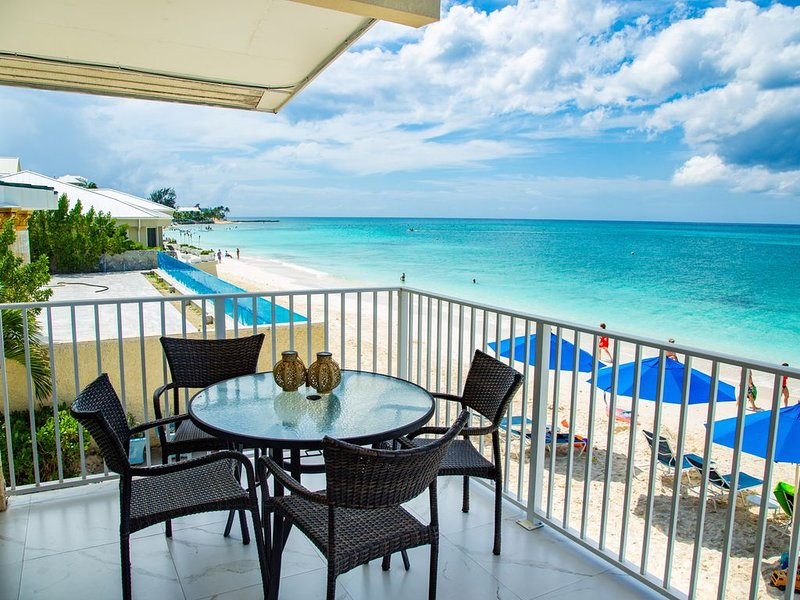 Unique Oceanfront Condo on 7-Mile-Beach. Private Balcony. Cayman Reef Resort #30, vakantiewoning in George Town