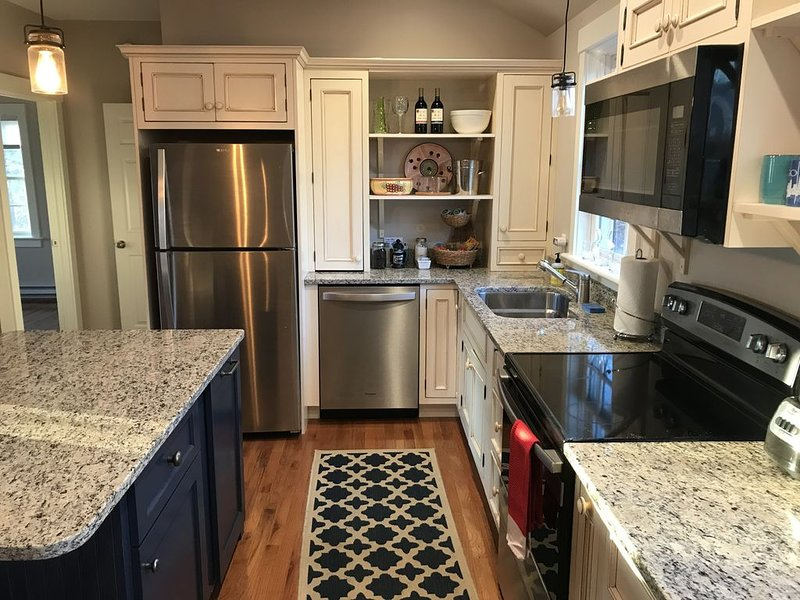 Historic district, sunny, private apartment. Walk to Kennebunk Village., holiday rental in Kennebunk