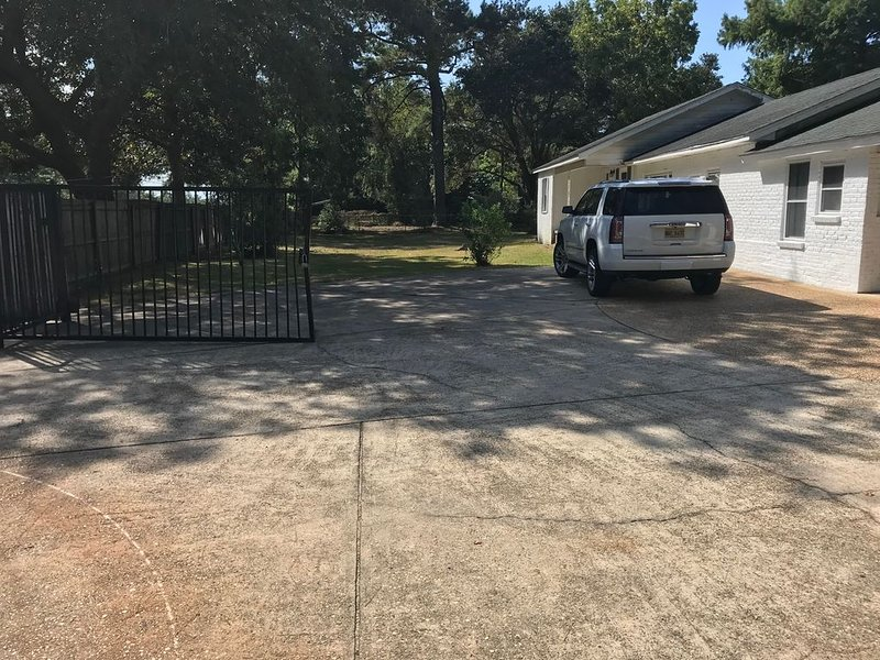 Room for all  plenty of parking for at least 5 to 6 cars, trucks, dart board!!!!, holiday rental in Ocean Springs