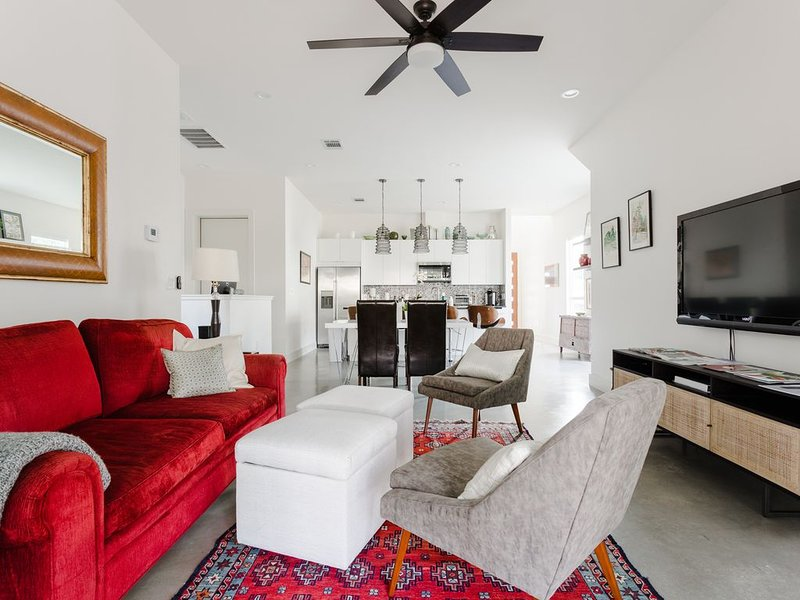 Modern East Austin Townhouse - Great Home Office, holiday rental in Webberville