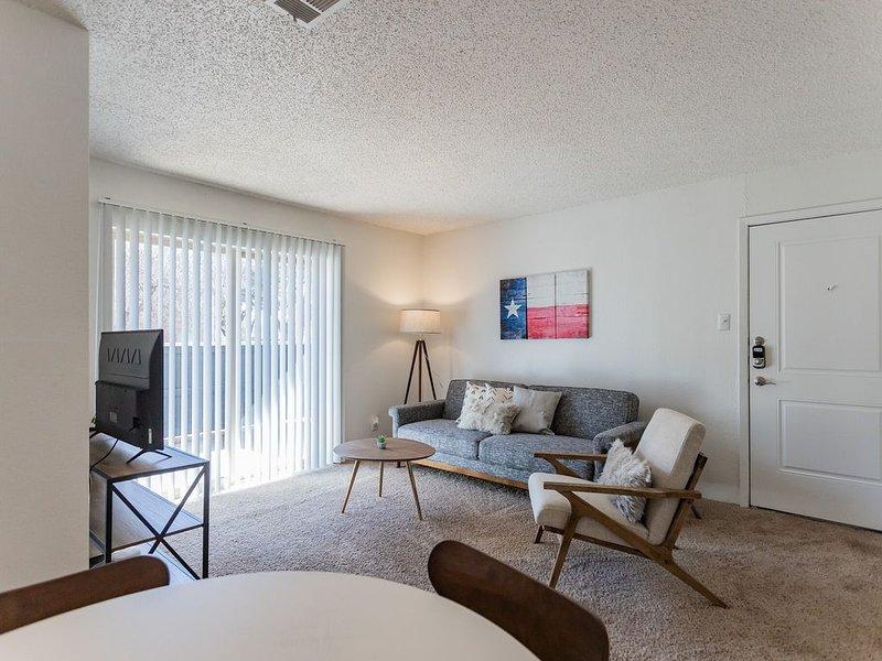 Brand New Midland Suite + Pool, holiday rental in Midland