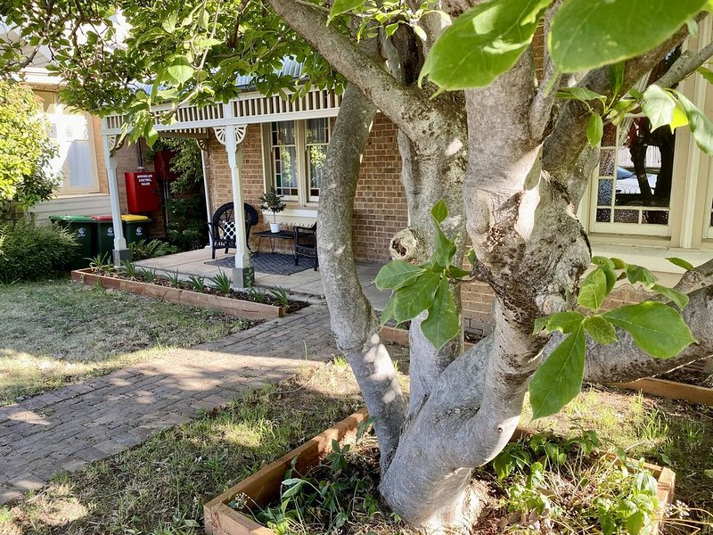 SUMMER HOUSE - CENTRAL LOCATION near PARK, holiday rental in Nashdale