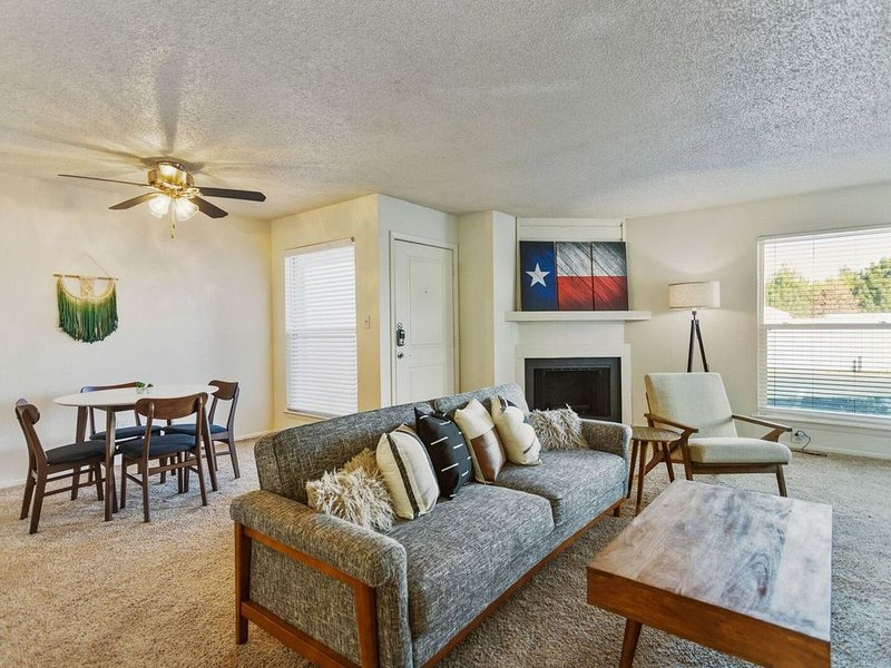 Modern Suite Just Outside Downtown Midland, holiday rental in Midland