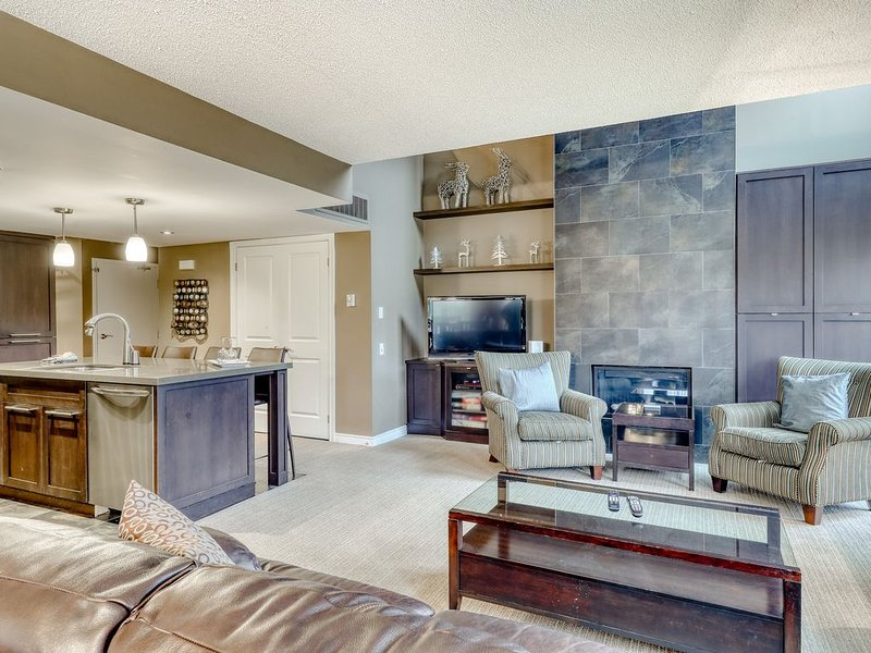 Spacious open concept condo w/shared swimming pool, small balcony & lawn views!, vacation rental in Blue Mountains