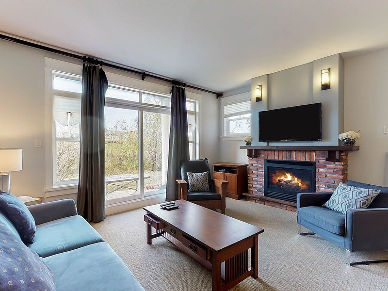 Convenient & homey condo w/shared hot tub & pool - Walk to Blue Mountain Village, holiday rental in Blue Mountains