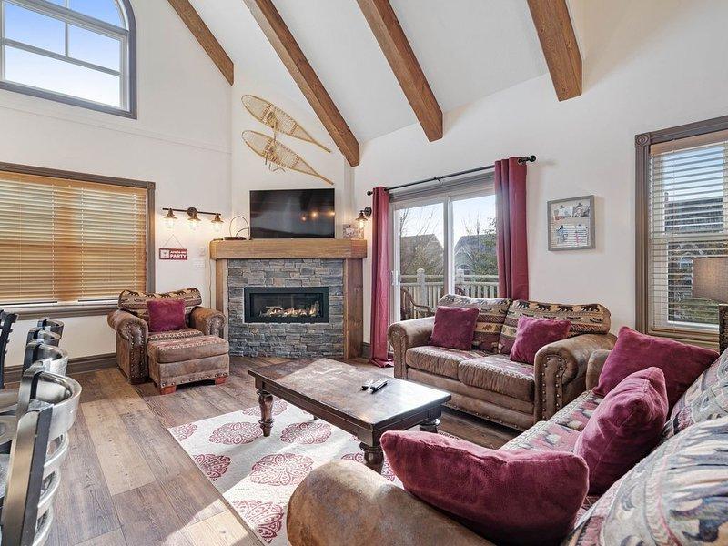 Elegant retreat w/high vaulted ceilings, elegant decor & shared pool/kiddie pool, location de vacances à Grey County
