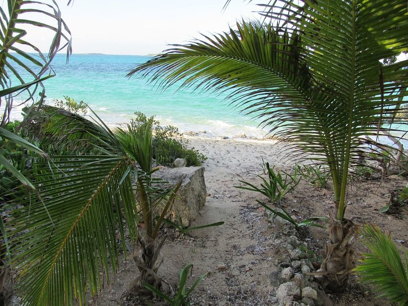 The perfect escape to Paradise!!This stunning 2/2 oceanfront home awaits you, holiday rental in Great Exuma
