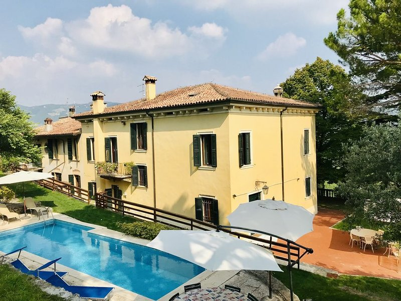 Delightful villa in the hills of Valpolicella with private pool, close to Verona, alquiler vacacional en Bure