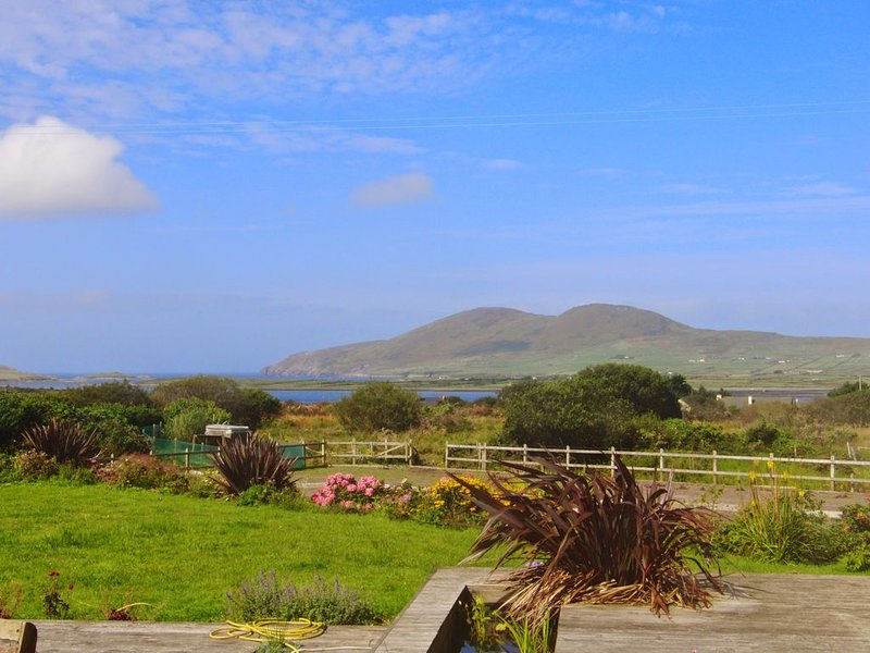 The Blue Door House - Relax and enjoy beautiful views of the wild Atlantic! – semesterbostad i Cahersiveen