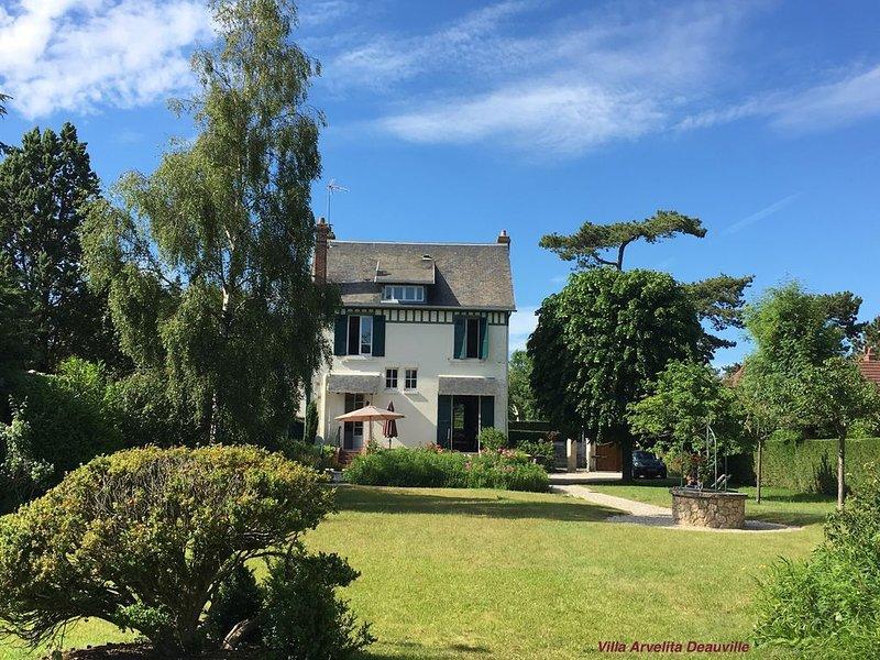 Maison de charme 4⭐, à 5mn de la mer, grand jardin, idéal pour familles et amis., location de vacances à Deauville