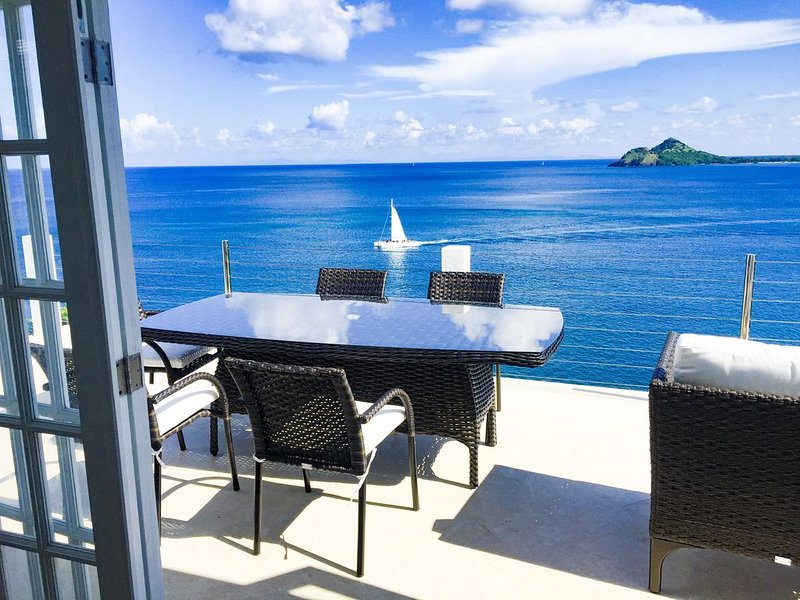 CERTIFIED New 3BR/2BA oceanfront villa with pool, AC, WiFi, 3 Kings – semesterbostad i Gros Islet