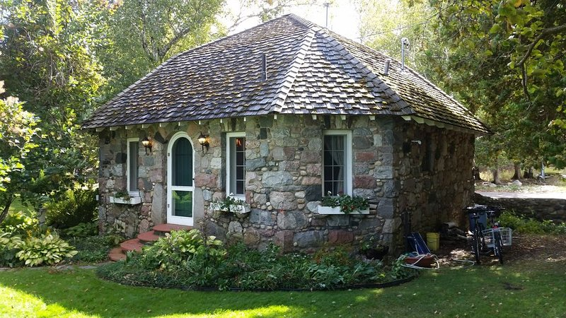 Lake Michigan Earl Young Stone Cottage, vacation rental in Charlevoix County