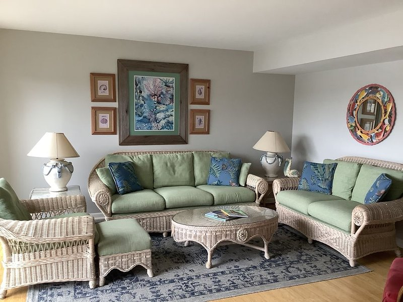 Heron Marsh Villa 92-Lakefront-3Bedroom, 3 Bathroom-sleeps 8, vacation rental in Litchfield Beach