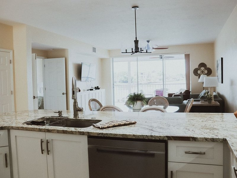 Luxury 1st Floor Condo, Direct Bay View 3Bedroom,2Baths, Steps to beach! New, alquiler de vacaciones en Naples Park