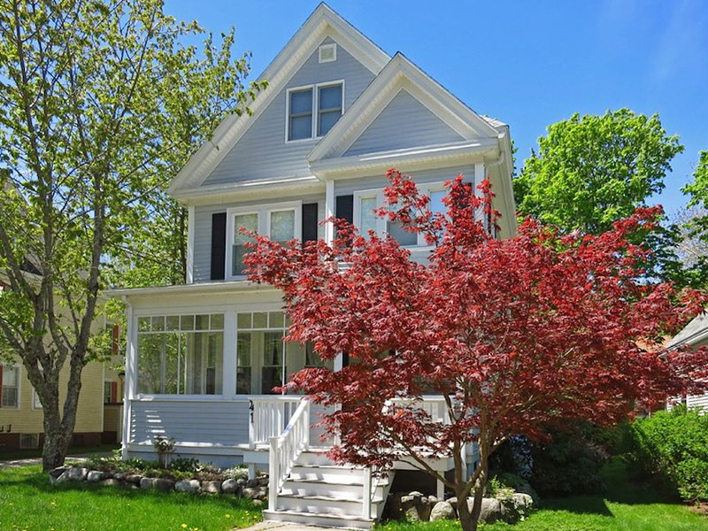 The Parsonage: Bar Harbor Village Close to Hiking with Updated Comfort and Style, alquiler de vacaciones en Otter Creek