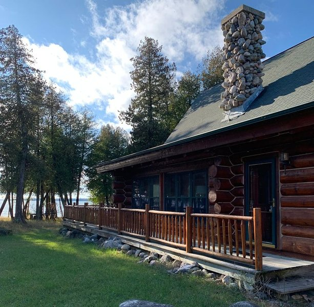 MACKINAC VISTA - LAKE HURON (Hessel, MI): Cozy lakefront cabin, Pet friendly, alquiler de vacaciones en Mackinac County