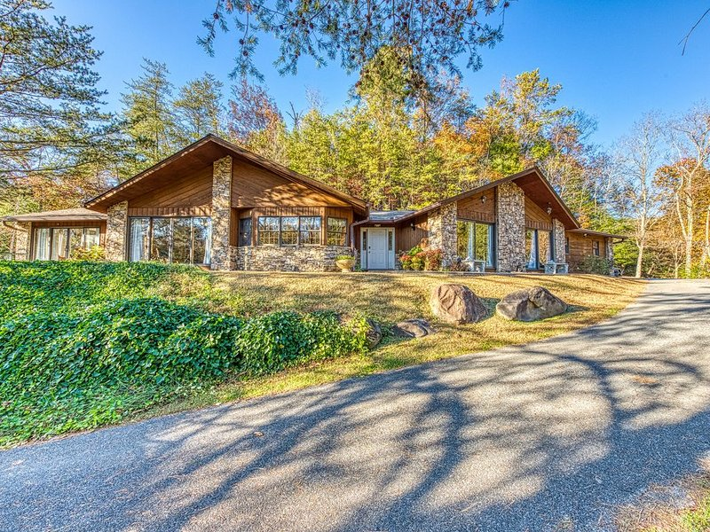 Beautiful home on golf course w/ private hot tub & pool table and shared pool, vacation rental in Gatlinburg