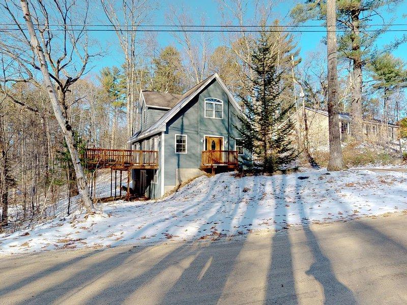 Bright, forested home w/ wraparound deck, fireplace, grill - Come ski!, aluguéis de temporada em Conway