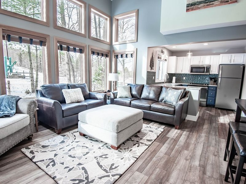 This ski-in/ski-out Disciples Village condo is perfect for a slope-side vacay, location de vacances à Boyne Falls