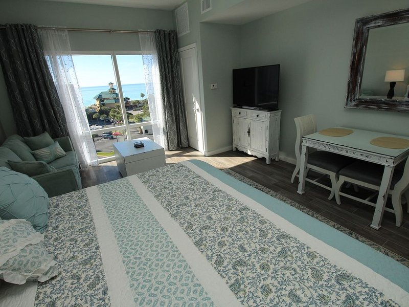 Great studio at Luau. Tram included! Can be rented as 2 bedroom!, holiday rental in Sandestin