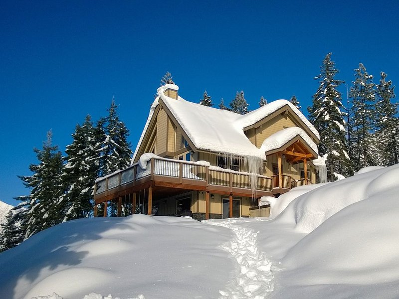 Secluded mountain lodge overlooking Cle Elum Lake -near historic downtown Roslyn, vacation rental in Ronald