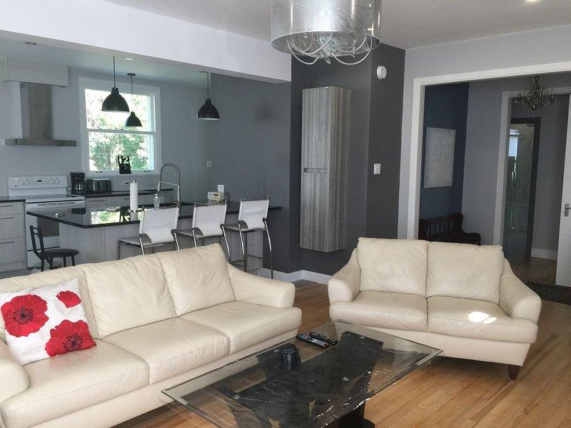 Jolie maison, SPA, BBQ, cour intime, décors chic, près du Vieux Québec, ..., vacation rental in Saint-Laurent-de-l'Ile-d'Orleans